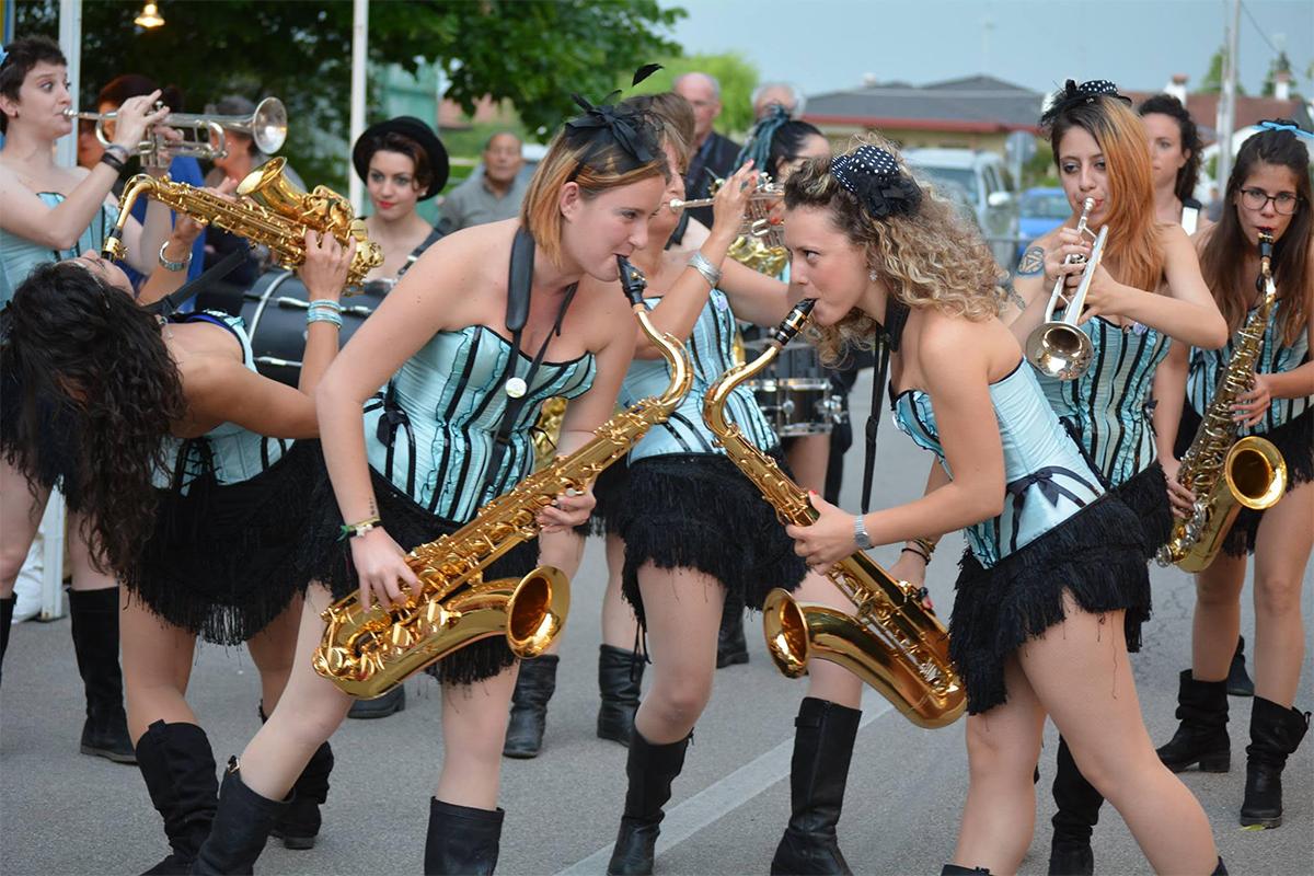 girlesque-street-band