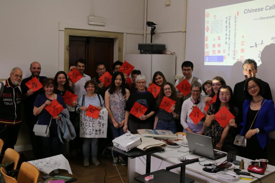 Foto di gruppo con il carattere cinese Fu (fortuna) al seminario di calligrafia, 2018